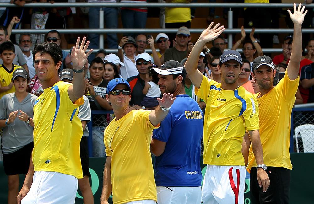 El equipo colombiano integrado por (izq - der) Robert Farah, el capitán Mauricio Hadad, Alejandro Falla, Santiago Giraldo y Juan Sebastián Cabal celebran luego de vencer al equipo uruguayo. Foto: EFE