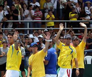 El equipo colombiano de Copa Davis celebra tras la victoria sobre Uruguay
