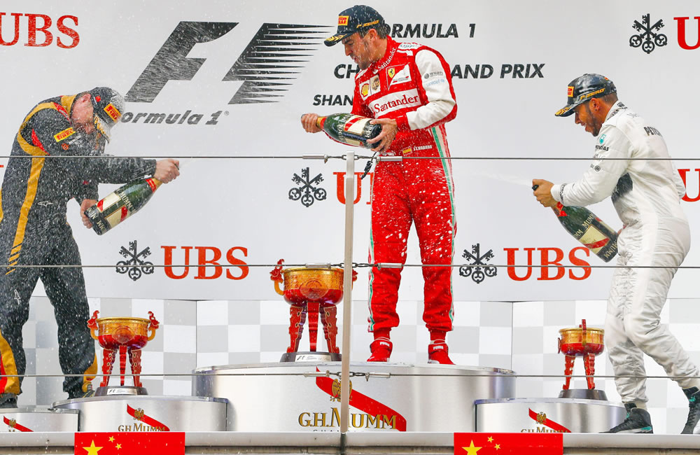 En el podío celebran los pilotos de Fórmula Uno, el finlandés Kimmi Raikkonen de Lotus fue segundo, el campeón español Fernando Alonso y el británico Lewis Hamilton tercero. EFE