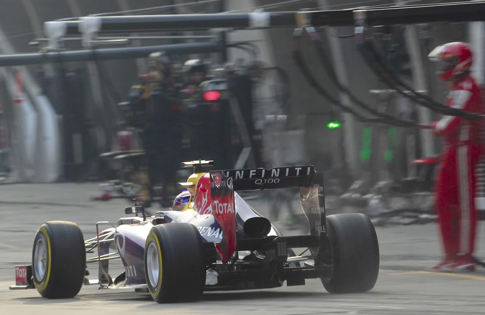 El piloto alemán de Fórmula Uno, Sebastián Vettel haciendo una parada durante el Gran Premio de China. EFE