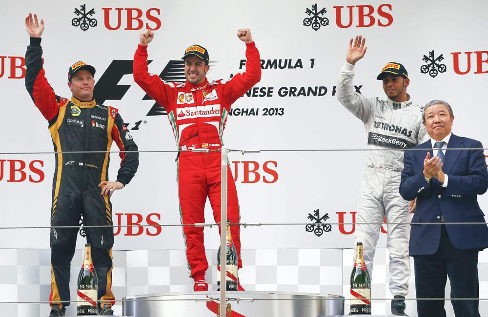 Los pilotos de Fórmula Uno, el finlandés Kimmi Raikkonen de Lotus fue segundo, el campeón español Fernando Alonso y el británico Lewis Hamilton tercero. EFE