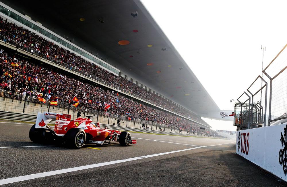 El piloto español Fernando Alonso cruzando la línea de meta del Gran Premio de China. EFE