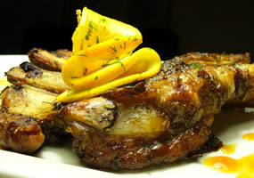 Chuletas de cerdo en salsa de naranja y pimientos
