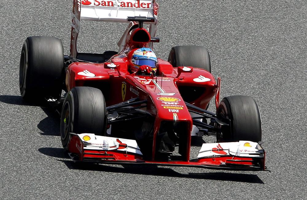 El piloto español Fernando Alonso, Ferrari, seguido por el británico Lewis Hamilton de Mercedes en las primeras vueltas del Gran Premio de España. EFE