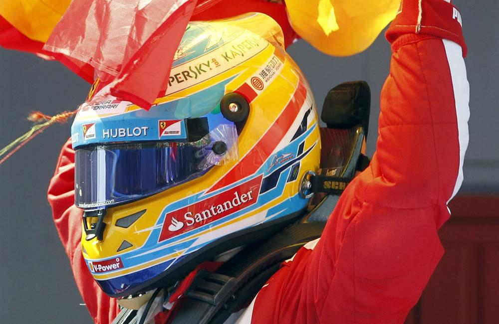 El piloto español de Ferrari Fernando Alonso celebra su victoria en el Gran Premio de España. EFE