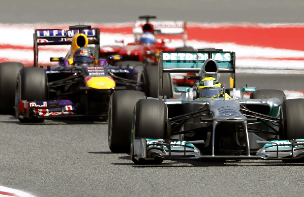 El piloto alemán de Mercedes, Nico Rosberg, el australiano Max Webber (Red Bull) y el español Fernando Alonso (Ferrari) en las primeras vueltas del Gran Premio de España. EFE