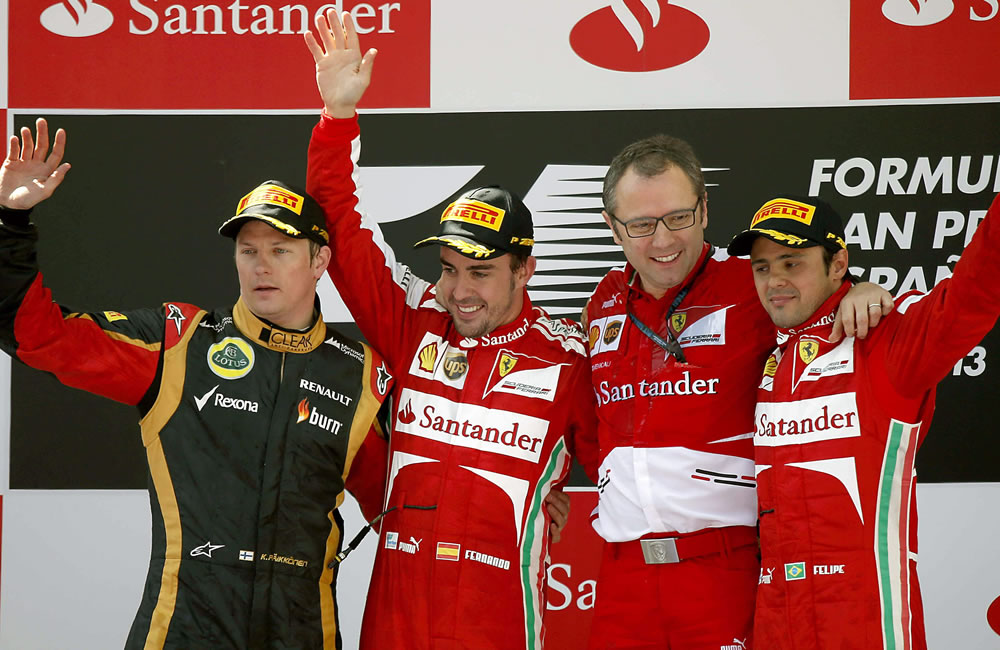 El piloto español de Ferrari Fernando Alonso (2i) celebra en el podio en presencia del finlandés de Lotus Kimi Raikkonen (i), segundo, de su compañero, el brasileño Felipe Massa (d), tercero. EFE
