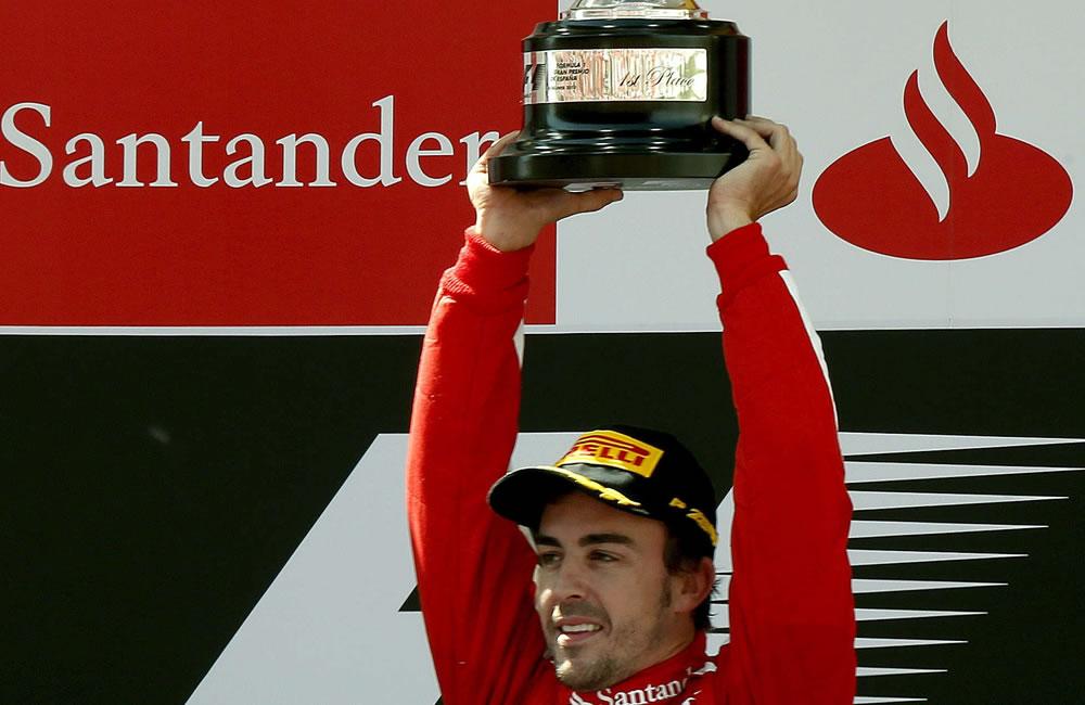 El piloto español de Ferrari Fernando Alonso celebra en el podio su victoria en el Gran Premio de España que se celebra en el Circuito de Catalunya en Montmelo (Barcelona). EFE