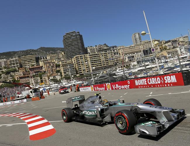 El piloto británico de McLaren, Lewis Hamilton, a bordo de su monoplaza en Montecarlo. EFE