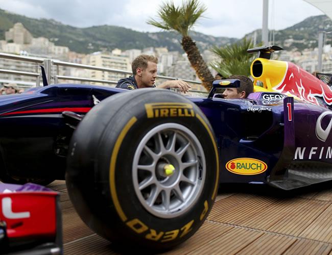 El piloto alemán de Fórmula Uno Sebastian Vettel (i), de Red Bull, habla con el piloto de rallies francés del equipo Renault Sebastien Ogier en Montecarlo. EFE
