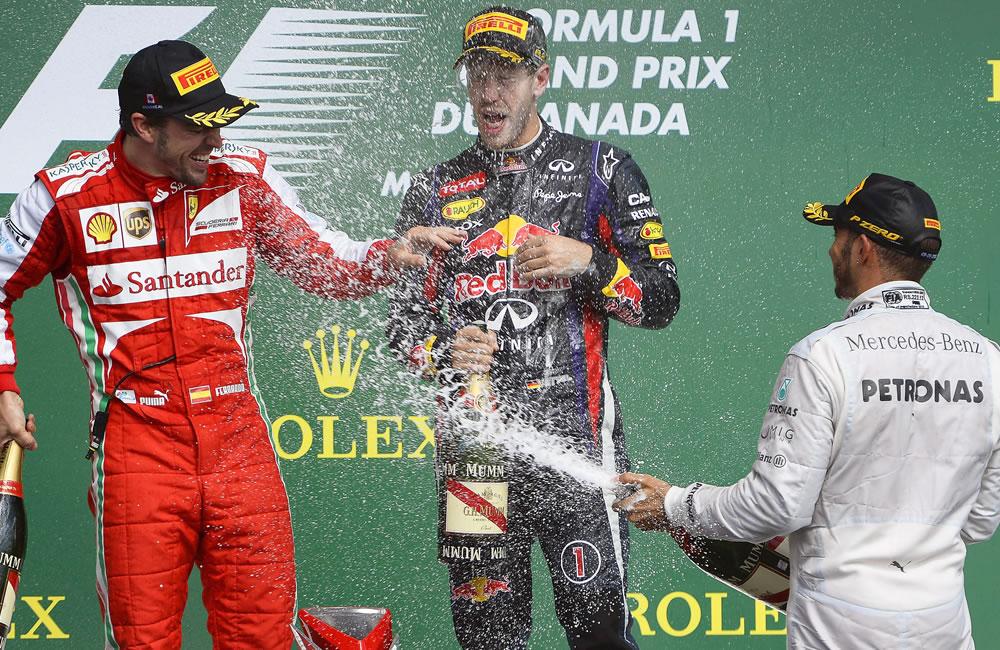 Los pilotos Sebastián Vettel, Lewis Hamilton y Fernando Alonso festejando en el podio. EFE