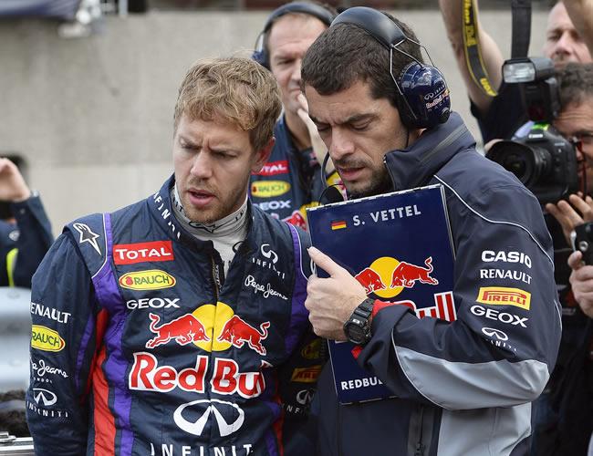 El piloto alemán de Red Bull, Sebastian Vettel, dialoga con un mecánico. EFE