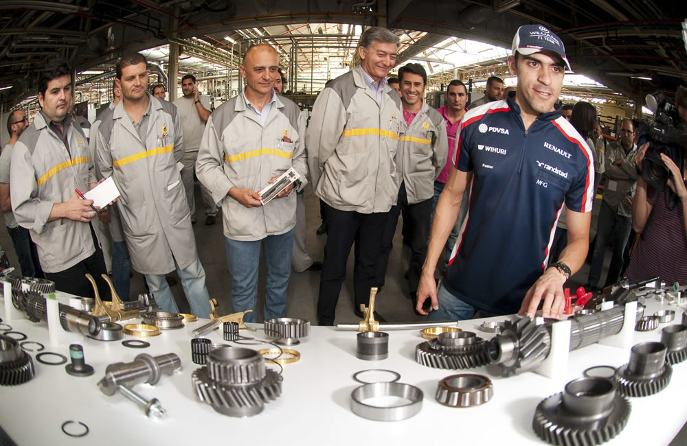 El piloto venezolano de Williams, Pastor Maldonado, visita la factoría de Renault en Sevilla, España. EFE
