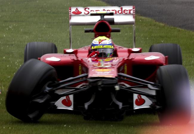 El piloto brasileño de la escudería Ferrari, Felipe Massa, sale de la pista de Silverstone. EFE