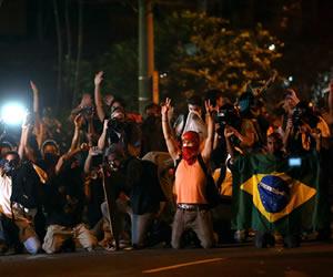 Miles de personas protestan con carteles y banderas a favor de la educación y en contra de la corrupción y la concesión del estadio Maracaná a la gestión de empresas privadas. EFE
