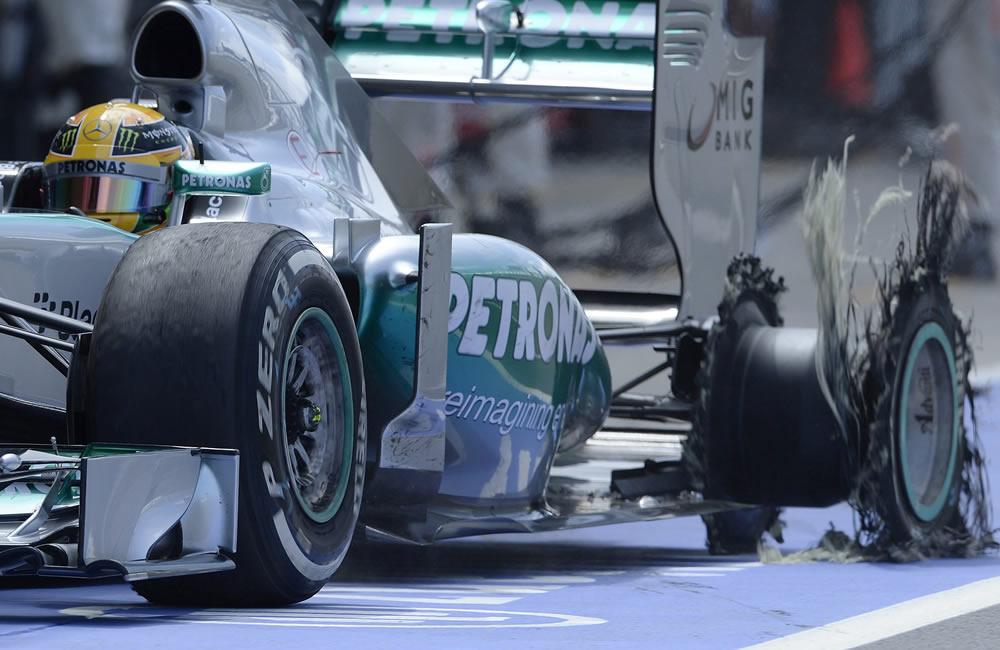 Lewis Hamilton de Mercedes ingresa a pits con su neumático dañado. EFE