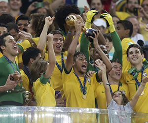 Neymar alza el trofeo de campeón de la Copa Confederaciones. EFE