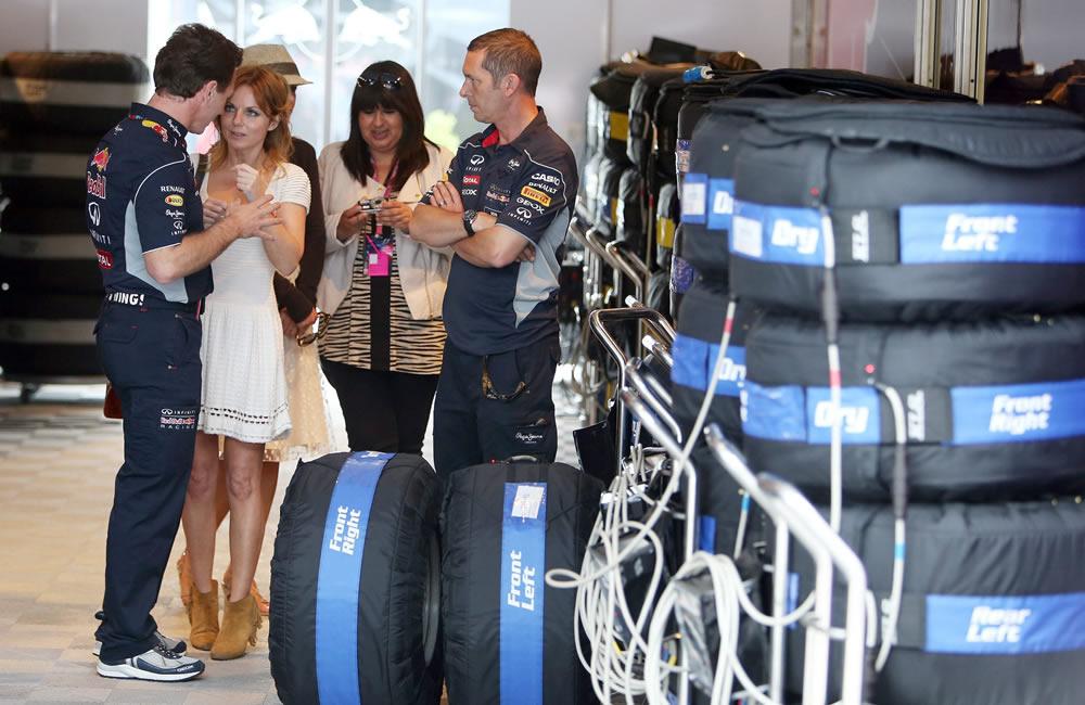 La exintegrante de las Spice Girls, Geri Halliwell (2i) en la zona de boxes de Silverstone junto a una pila de neumáticos. EFE