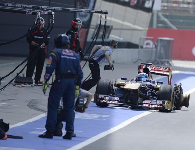 El francés Jean-Eric Vergne de Toro Rosso entra a pits con un neumático dañado en Silverstone. EFE