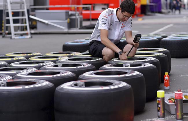 Un mecánico del equipo McLaren revisa las llantas Pirelli. Foto: EFE