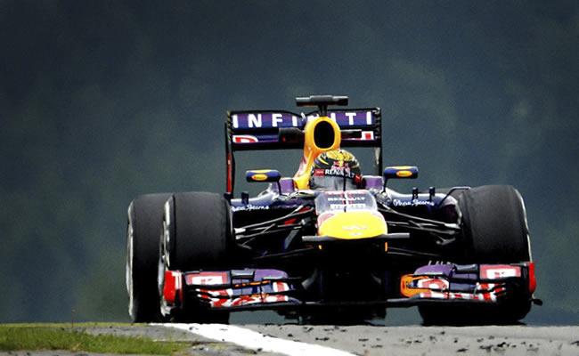 El piloto alemán de la escudería Red Bull Sebastián Vettel, a bordo de su monoplaza en Nurburgring. EFE