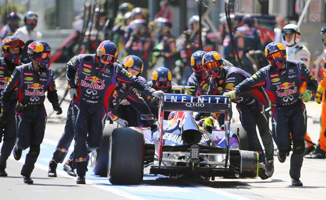 Mecánicos del equipo Red Bull asisten el monoplaza del piloto australiano Mark Webber. EFE