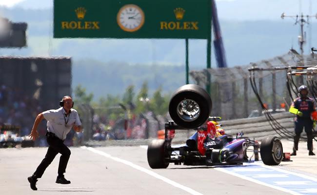 Una llanta del monoplaza del australiano Mark Webber qeuda suelta en la zona de pits en el Gran Premio de Alemania. EFE