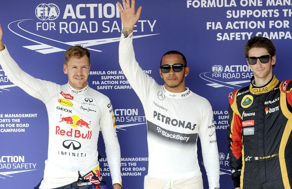 El piloto británico Lewis Hamilton celebra en el podio la clasificación del Gran Premio de Hungría. EFE