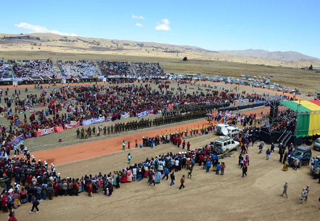 La participación de los pobladores de Huarina y localidades circundantes, en la inauguración del Centro de Alto Rendimiento, fue masiva. Foto: ABI