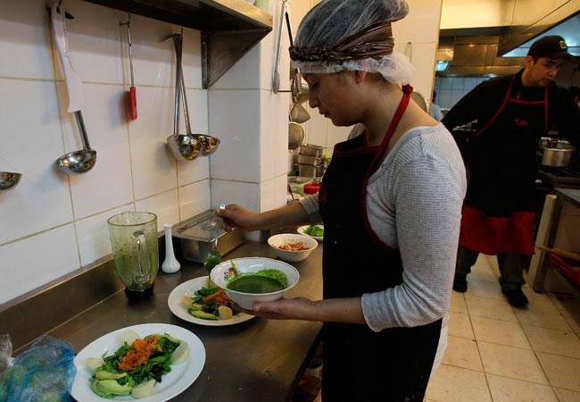 La cocina en acción en el restaurante Madame Ulupica, en la ciudad de La Paz. EFE