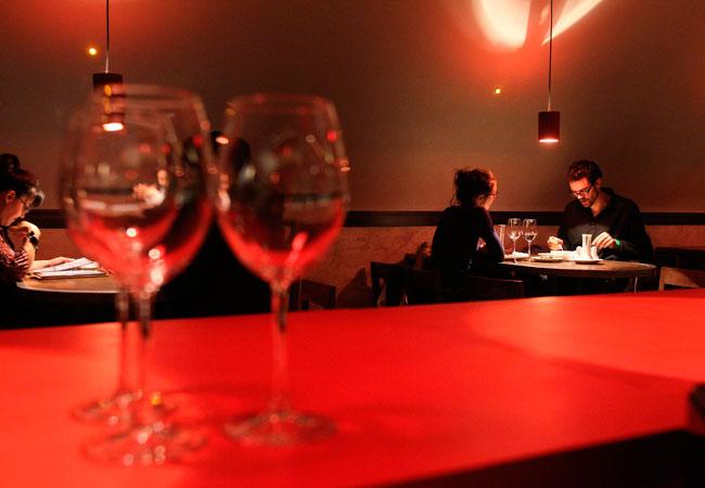 Comensales disfrutan de las delicias que ofrece el restaurante Madame Ulupica. EFE