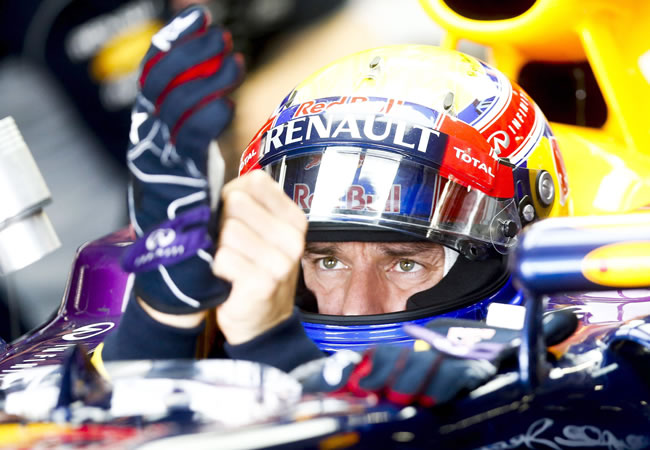 Australian Formula One driver Mark Webber of Red Bull Racing puts on his gloves before the third practice session. EFE