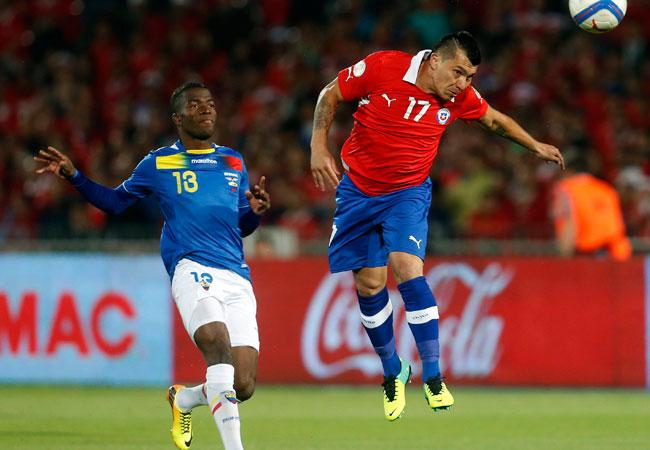 El jugador de la selección chilena, Gary Medel (d) se adelanta a la marca del ecuatoriano, Enner Valencia (i). EFE