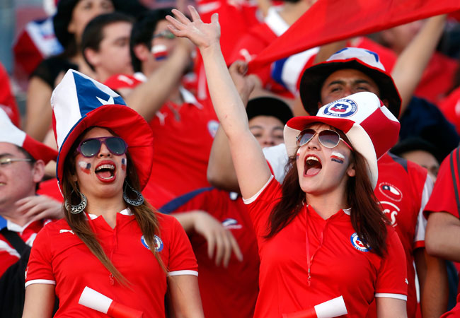 Aficionadas chilenas animan a su equipo, en el último partido por Eliminatorias de su selección frente a Ecuador. EFE
