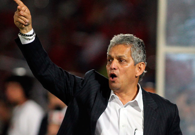 El director técnico de la selección de Ecuador, Reinaldo Rueda, le da instrucciones a sus jugadores. EFE