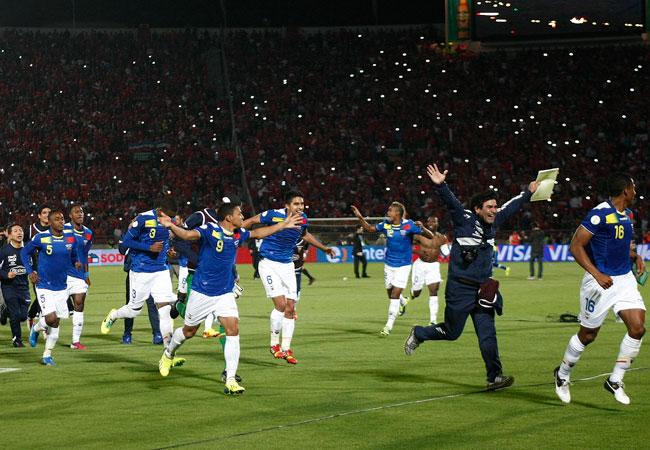 Jugadores de Ecuador celebran su paso al Mundial de Brasil 2014, pese a la derrota ante Chile. EFE