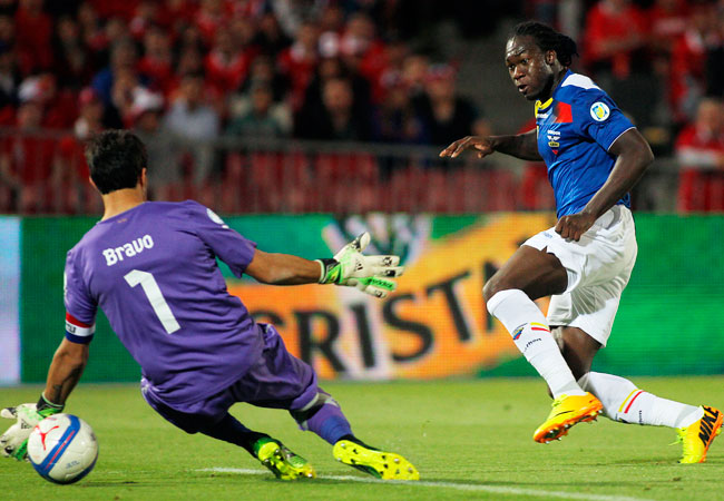 El jugador de Ecuador, Felipe Caicedo (d), anota un gol ante la salida del portero chileno, Claudio Bravo (i). EFE