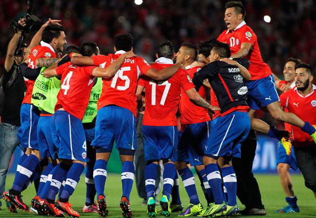 Los jugadores de Chile celebran su clasificación al mundial Brasil 2014, tras derrotar a Ecuador. EFE