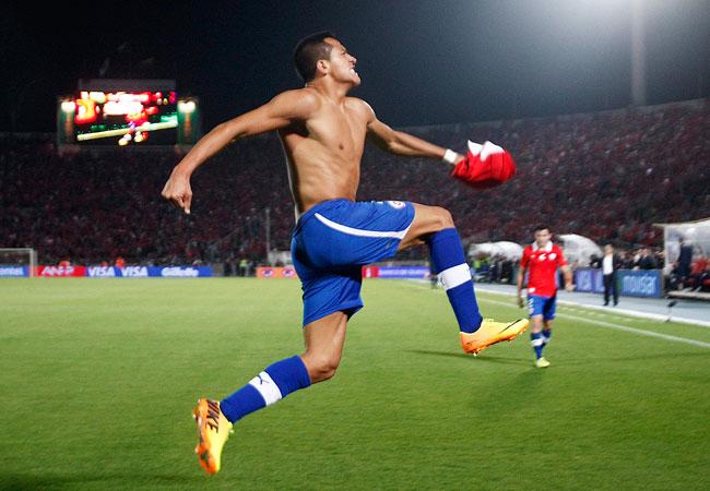 Alexis Sanchez, de Chile, celebra su gol contra Ecuador. EFE
