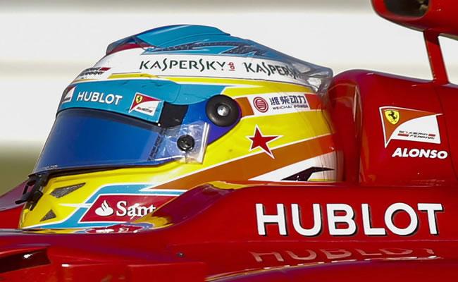 Alonso lucirá en India un casco destacando su récord de 1.571 puntos en F1. EFE