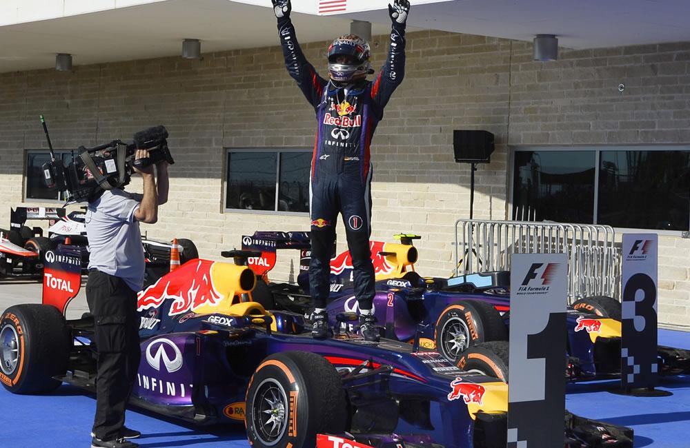El piloto alemán Sebastián Vettel celebra su título del Gran Premio de los Estados Unidos. EFE