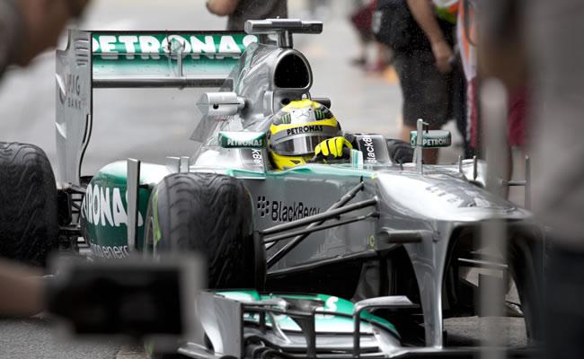 Rosberg, el más rápido en pista mojada y candidato a la 'pole'. EFE