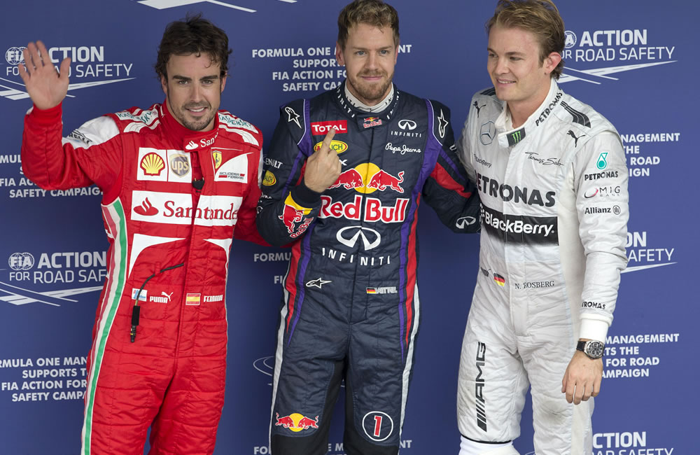 El piloto alemán Sebastian Vettel (c), de la escudería Red Bull, posa junto al español Fernando Alonso (i, Ferrari). EFE
