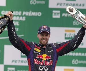 El piloto alemán de Red Bull, Sebastian Vettel, celebra su victoria en el Gran Premio de Brasil. EFE