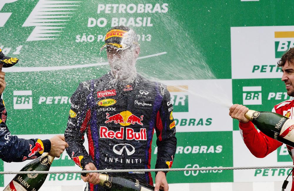 El piloto alemán de Red Bull, Sebastian Vettel (c), celebra junto a su compañero de equipo, el australiano Mark Webber. EFE