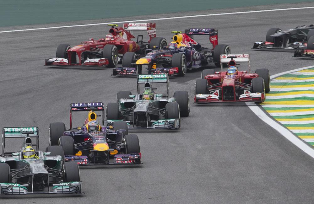 Un grupo de monoplaza toma la partida en el Gran Premio de Brasil. EFE