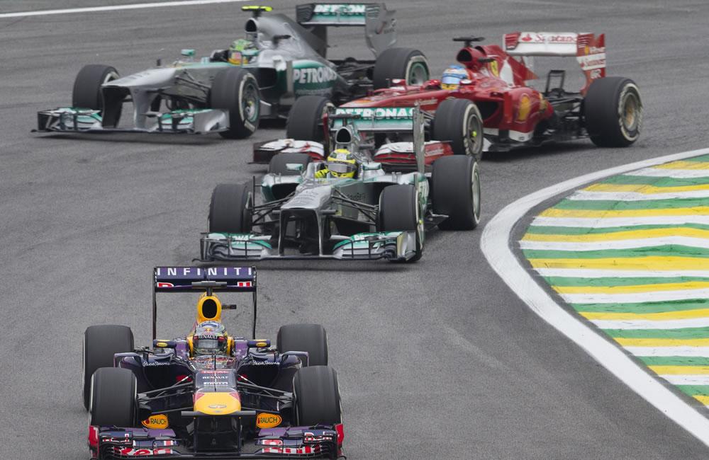El piloto alemán de Red Bull, Sebastian Vettel (abajo), en acción junto a su compatriota Nico Rosberg (c ). EFE