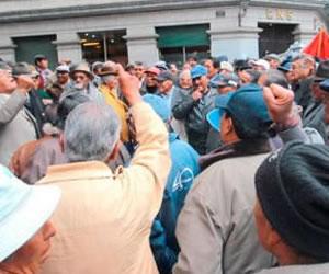 Jubilados bloquean el centro paceño en demanda de doble aguinaldo