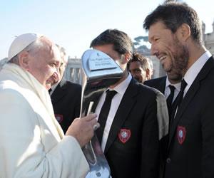 San Lorenzo ofrece al papa su trofeo del Torneo Inicial
