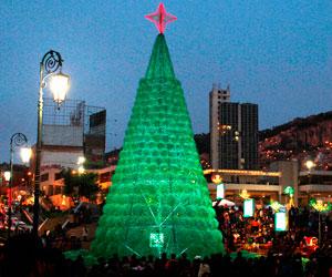 El eco-árbol navideño de La Paz atrae el interés de la población